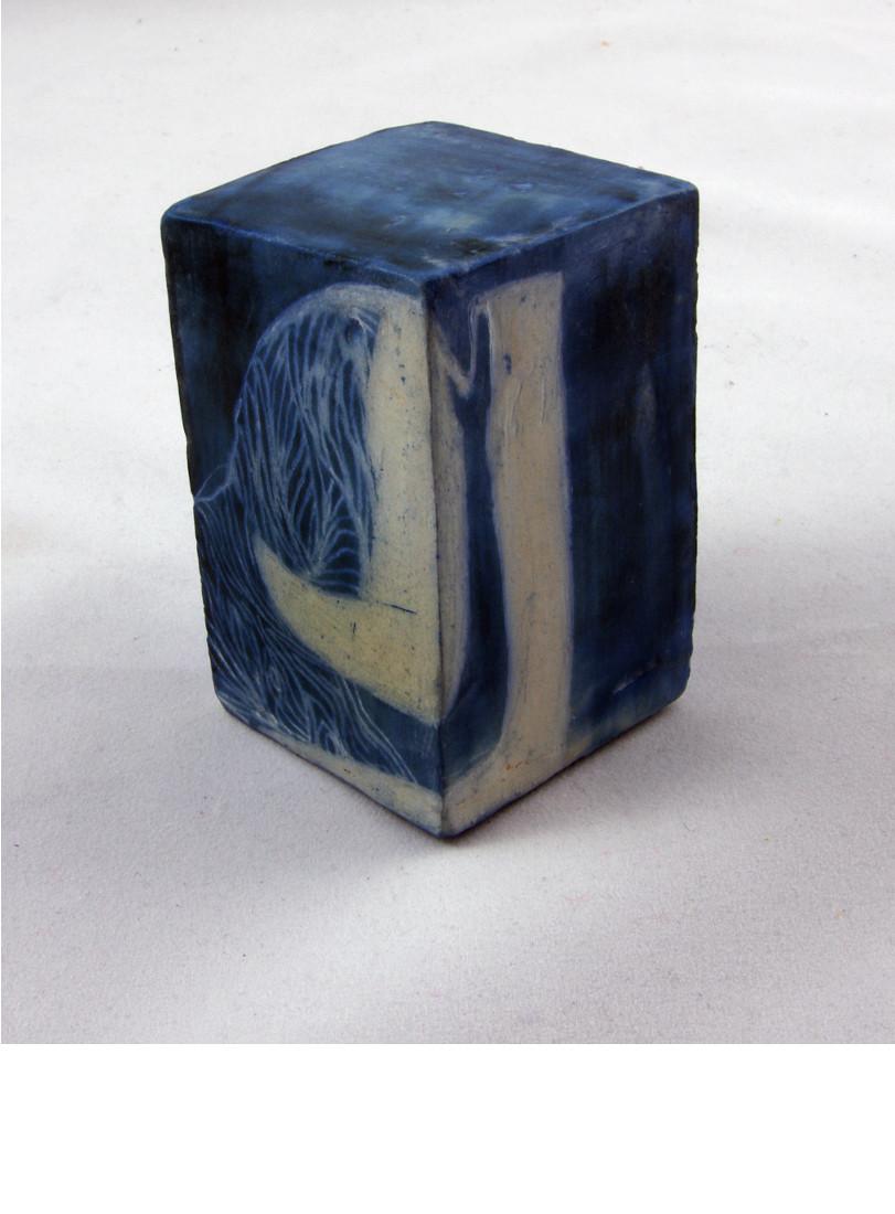 MONOLITHE, 2014 céramique - engobe - émail et cire (7.5x5x5cm)   -  Inv. 00103 (+) DÉTAILS