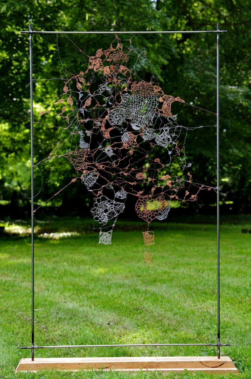DONNE MOI UN PEU DE TA COUVERTURE, 2013 fils d'acier crochetés , tricotés et noués (100x150cm) Inv. 00086 VENDU