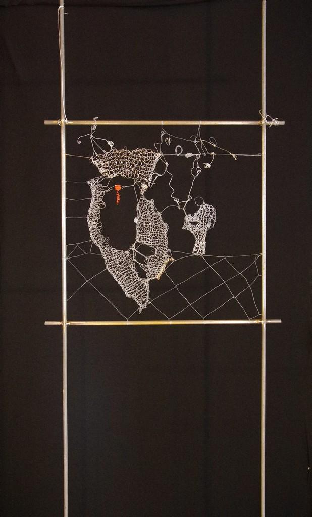 L'ŒIL OUVERT, 2013 fils d'acier crochetés , tricotés et noués (50x150cm) Inv. 00083