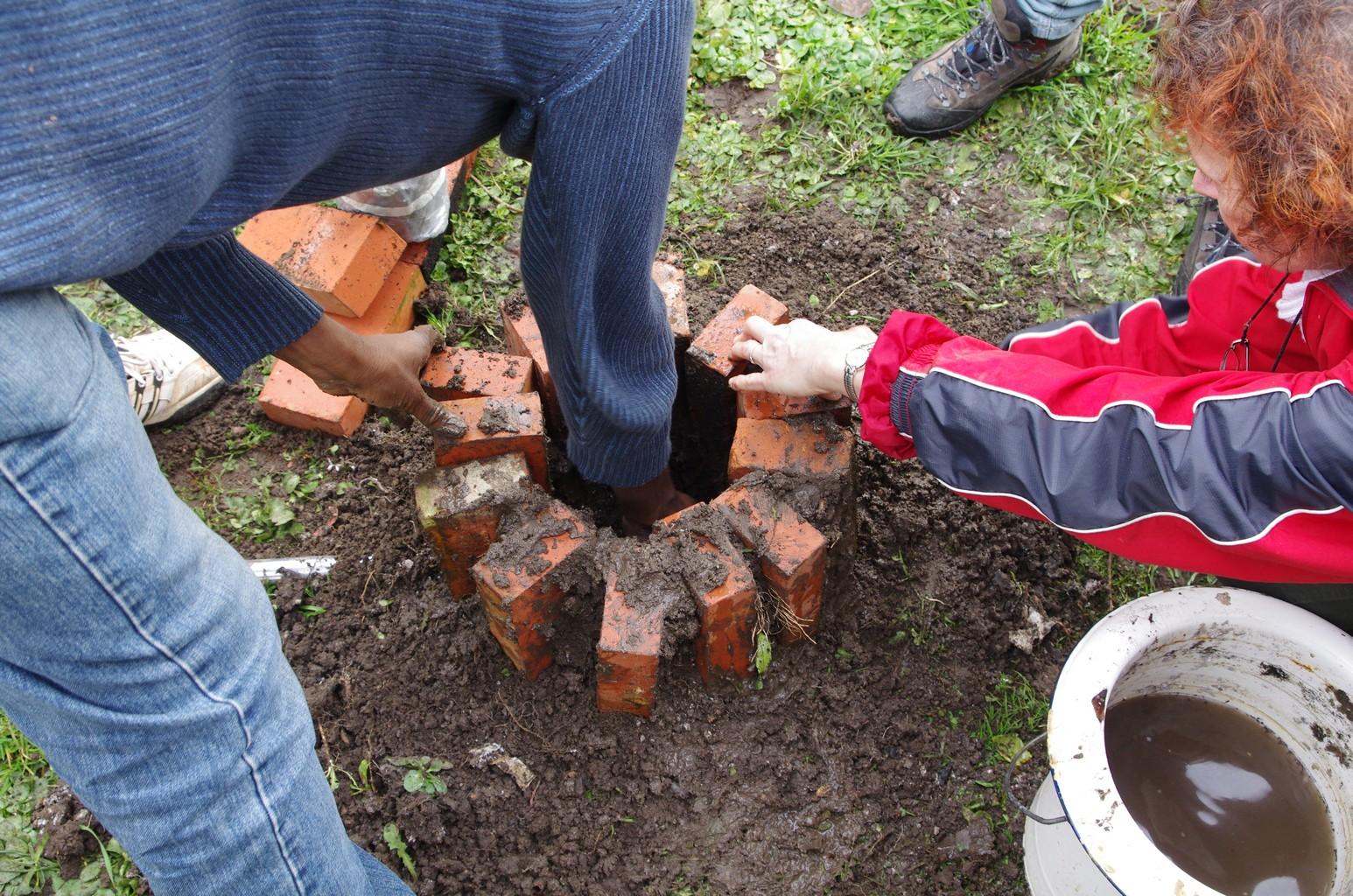 Préparation du second four qui servira à la fonte du bronze